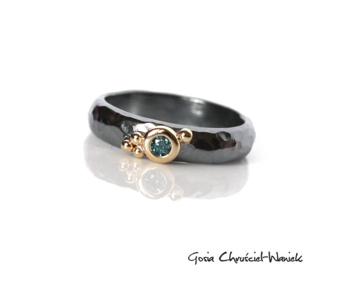Srebrno złoty pierścionek z niebieskim brylantem