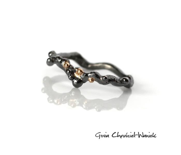 Organiczny pierścionek z czarnego srebra i złota
