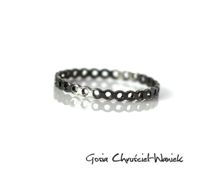Ażurowy srebrny pierścionek z kolekcji Simple
