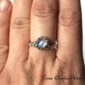Srebrny pierścionek z moonstonem i złotymi kuleczkami