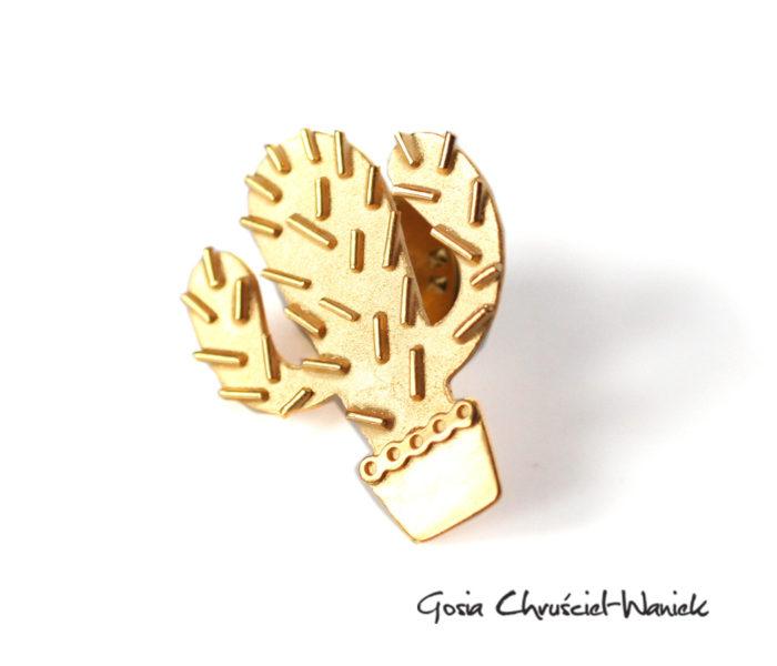 Złocony pin kaktus z kolcami