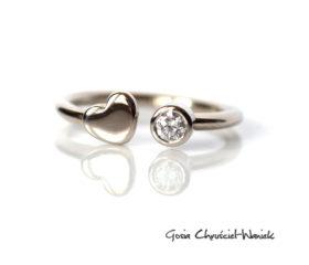 Złoty pierścionek z serduszkiem i brylantem