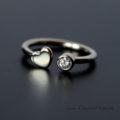 Złoty pierścionek z brylantem i serduszkiem