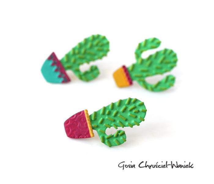 Kolorowe przypinki z kaktusami