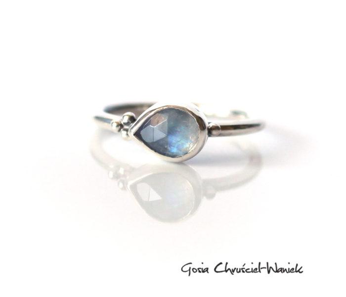 Pierścionek z kamieniem księżycowym w srebrze