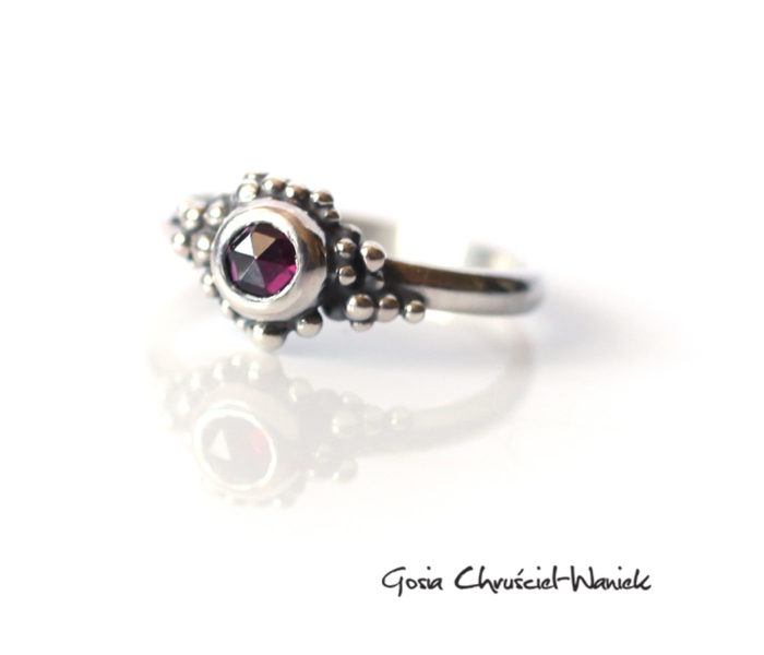 Srebrny pierścionek z rodolitem