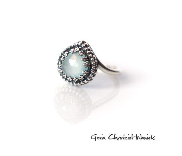 Srebrny pierścionek w koronkowej oprawie