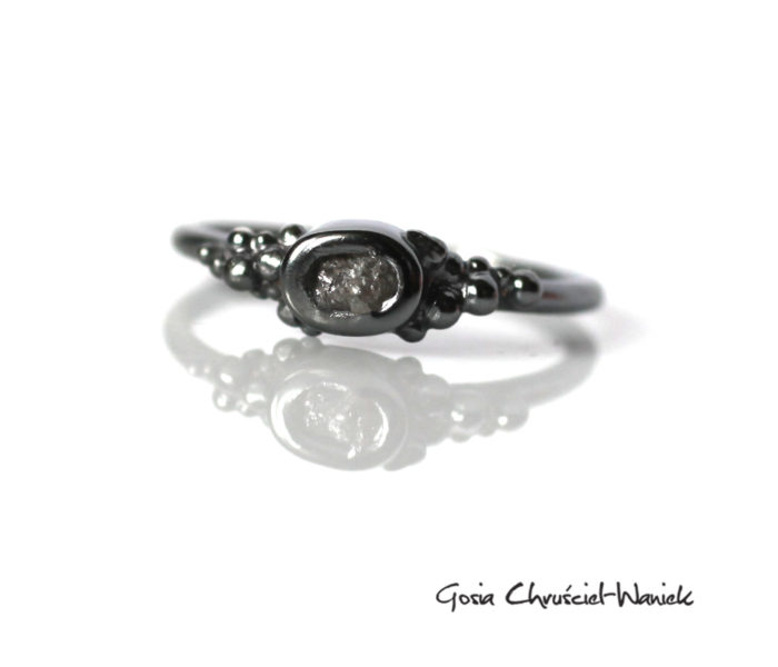Srebrny pierścionek z surowym diamentem