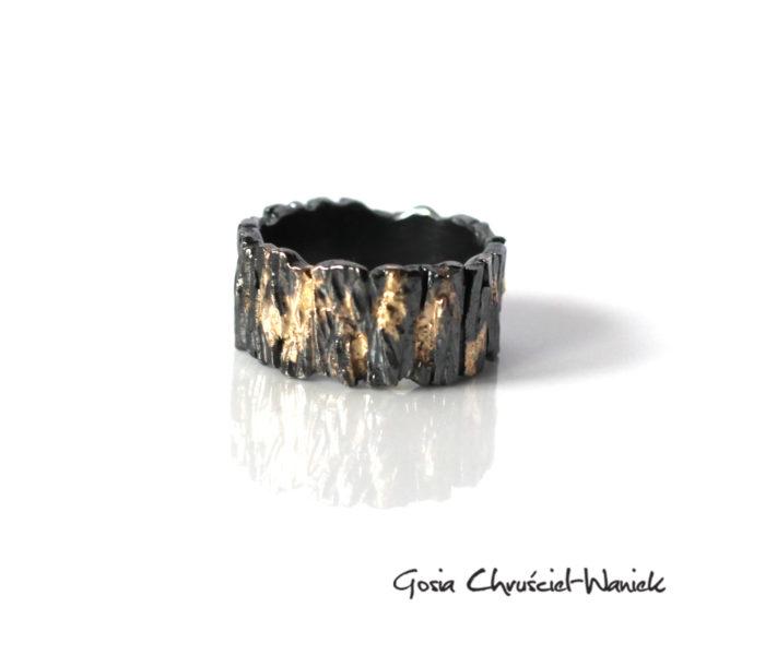 Srebrna, oksydowana obrączka zdobiona złotem