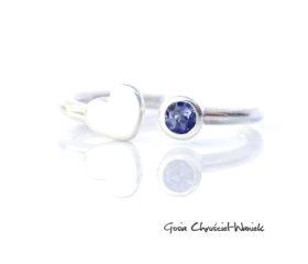Srebrny pierścionek z serduszkiem i iolitem