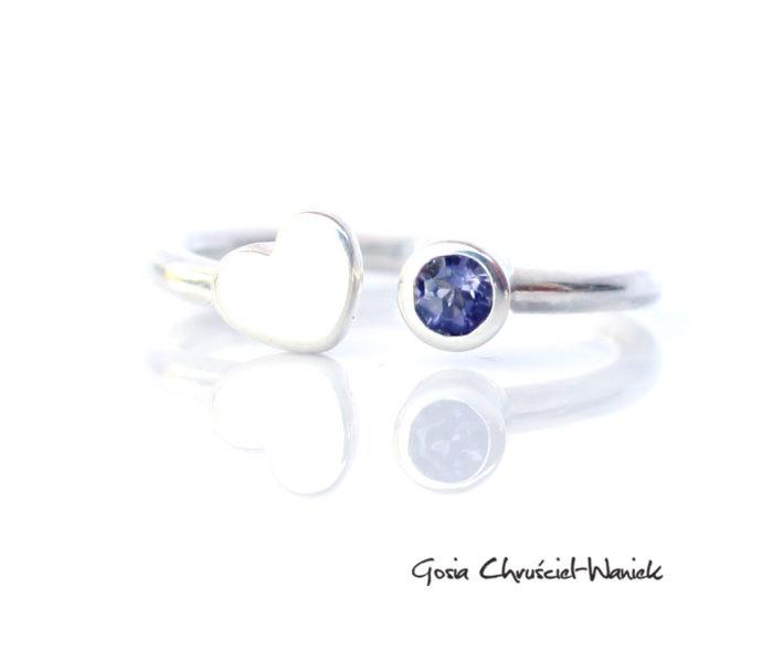 Srebrny pierścionek z iolitem i serduszkiem
