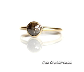 Złoty pierścionek z diamentem rosecut
