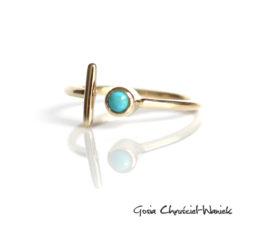 Złoty pierścionek z kreseczką i turkusem