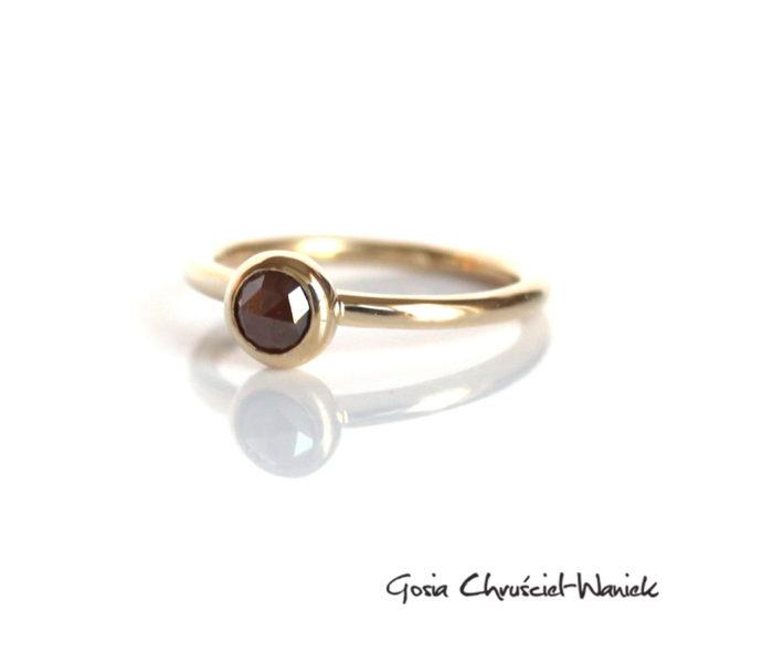 Złoty pierścionek z brązowym diamentem o szlifie rozetowym