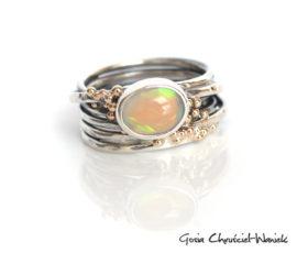 Opal na sprężynce ze złotymi kulkami