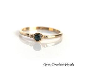 Złoty pierścionek z turkusowym diamentem