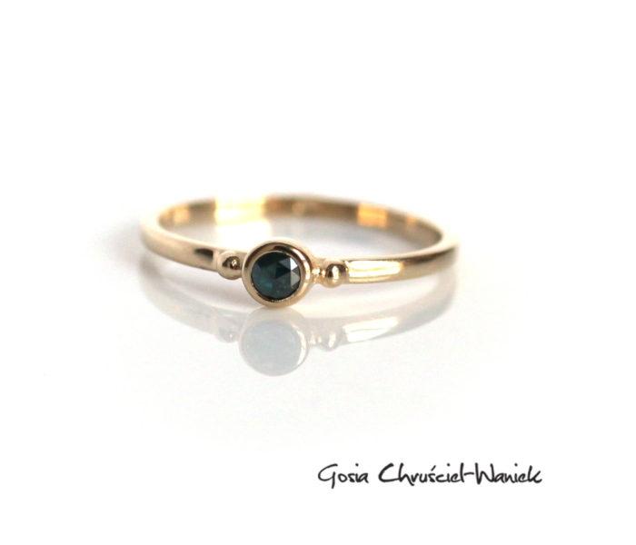 Złoty pierścionek z turkusowym diamentem o szlifie rozetowym