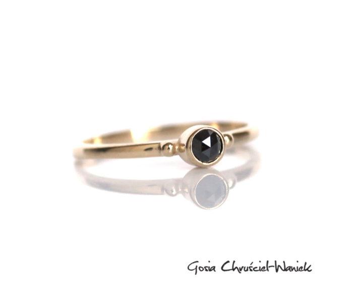 Czarny diament o szlifie rozetowym w złocie