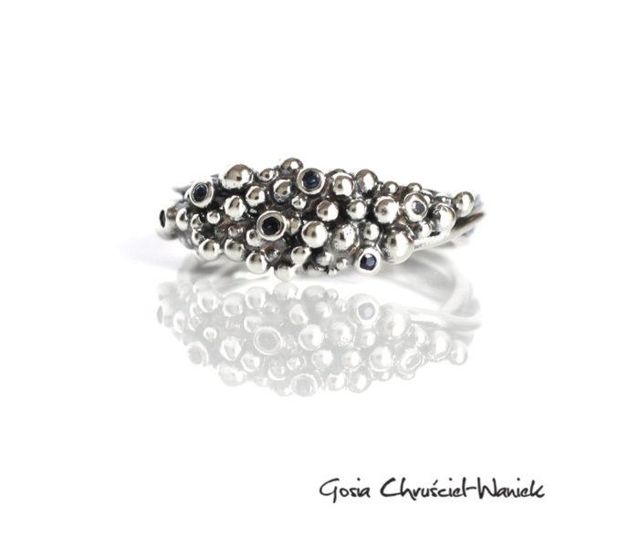 Organiczny, srebrny pierścionek z szafirami