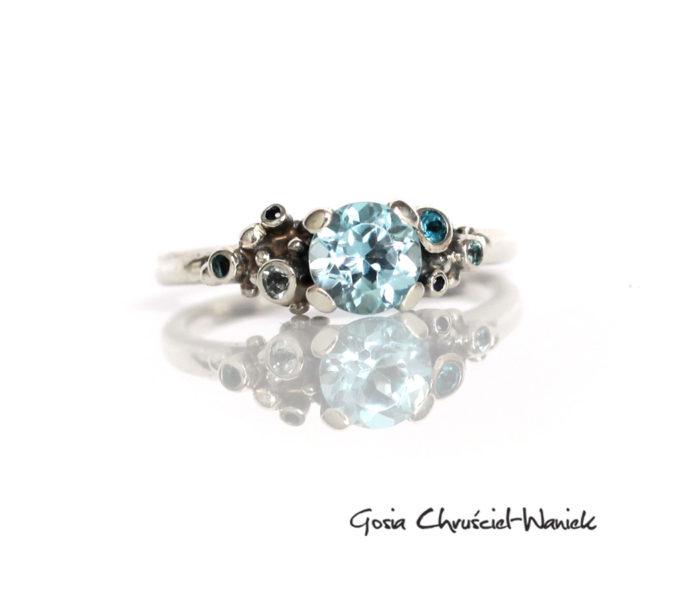 Srebrny pierścionek z topazami i szafirami