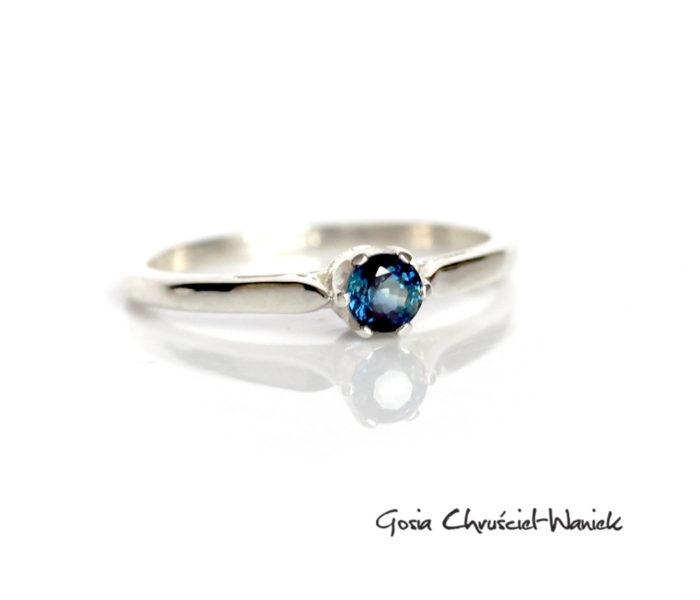 Zaręczynowy pierścionek z szafirem