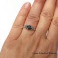 Organiczny pierścionek z niebieskimi kamieniami szlachetnymi