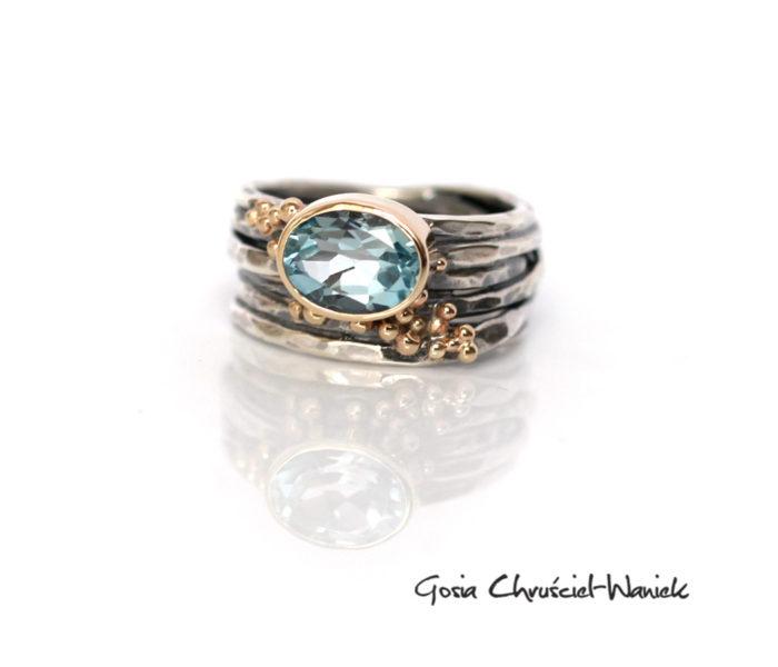 Srebrny pierścionek z topazem w złocie