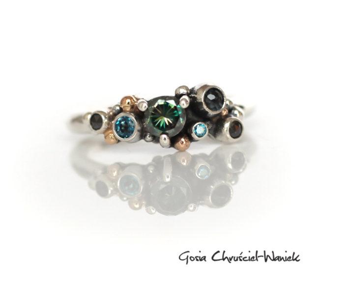 Srebrny pierścionek z moissanitem, diamentami i złotem