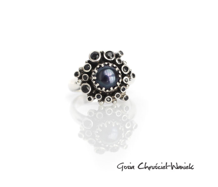 Pierścionek z czarną perłą i czarnymi szafirami