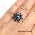 Srebrny pierścionek w stylu retro z czarnymi szafirami i perłą