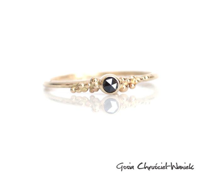 Pierścionek z czarnym diamentem i kuleczkami