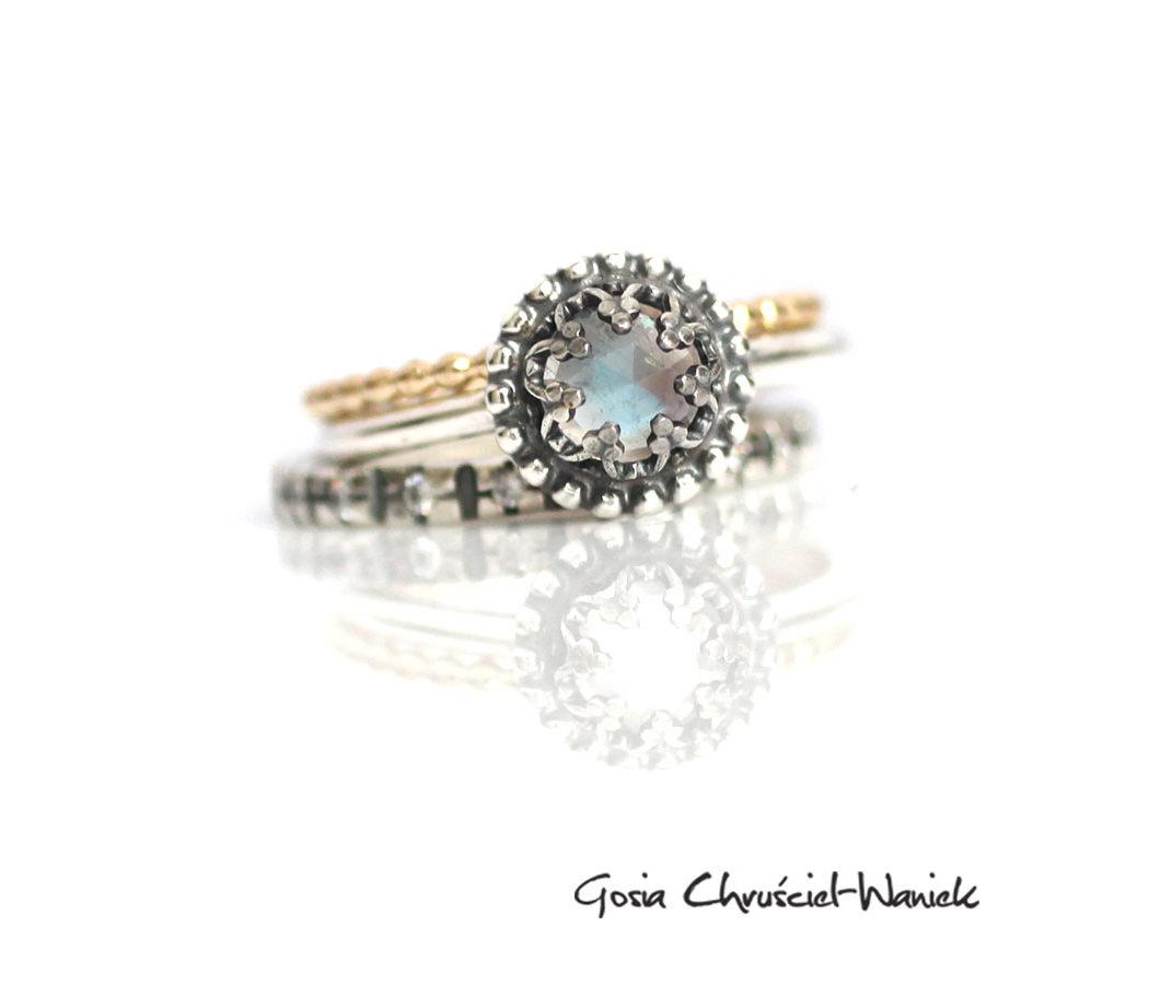 Zestaw pierścionków z kamieniem księżycowym i złotem