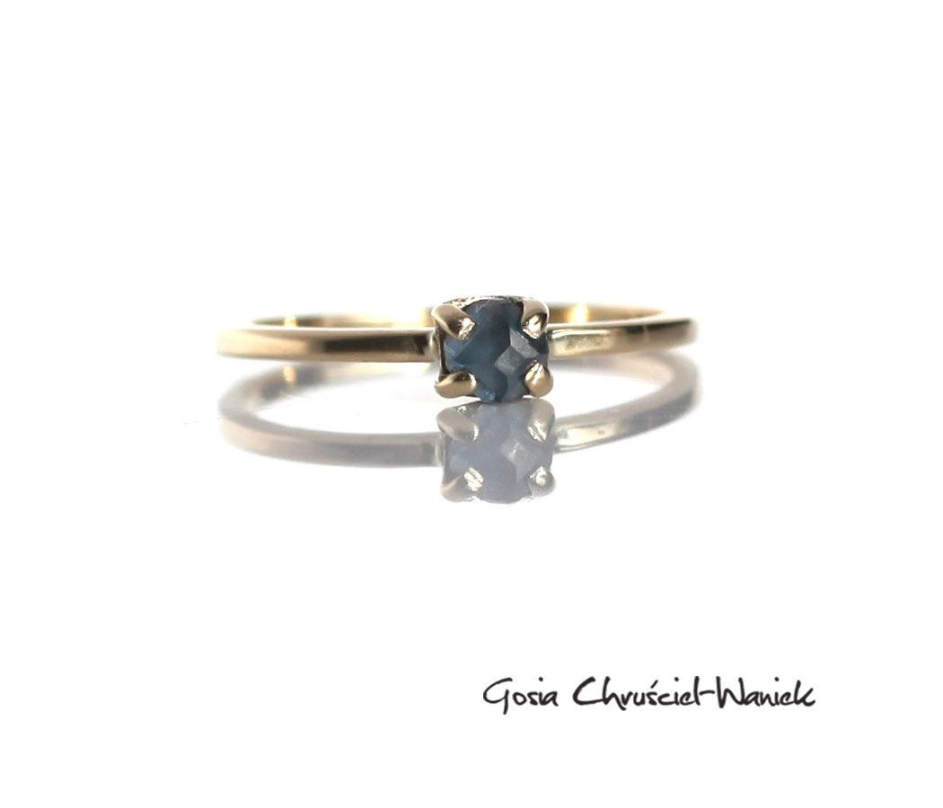 Złoty pierścionek z fasetowanym niebieskim diamentem