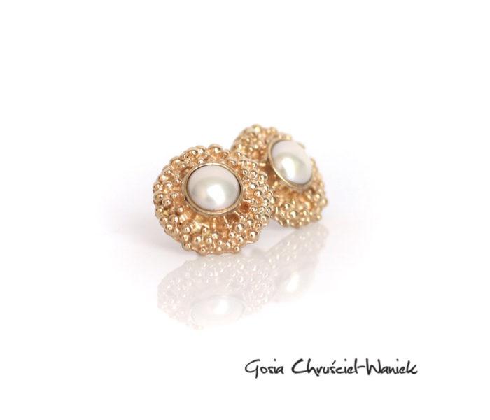 Złote kolczyki z perłami