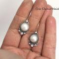 Kolczyki z perłami w ażurach ozdobione cyrkonaimi