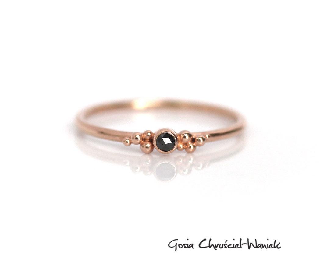 Pierścionek z czarnym diamentem i różowym złotem