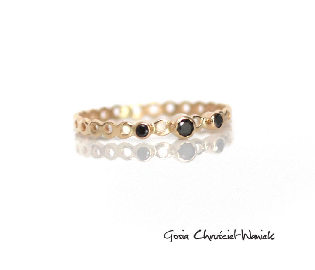Ażurowy pierścionek z czarnymi diamentami