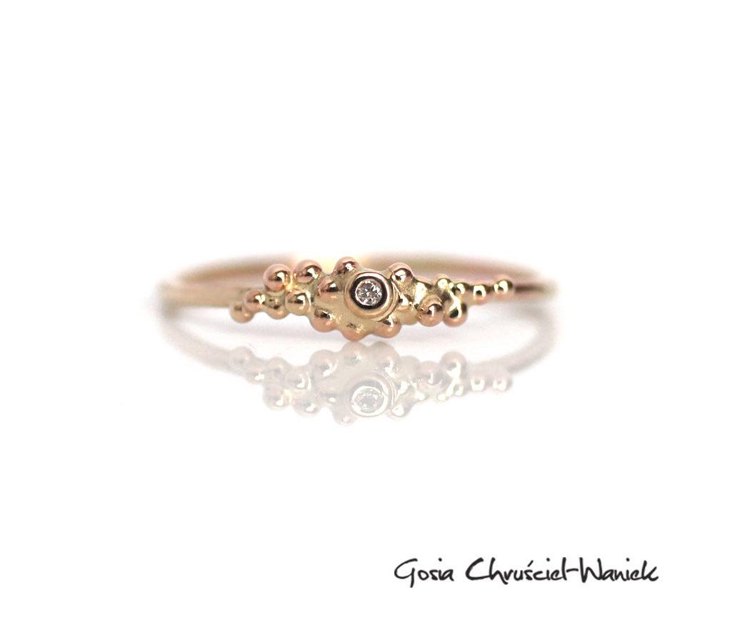 Organiczny pierścionek ze złota z brylantem
