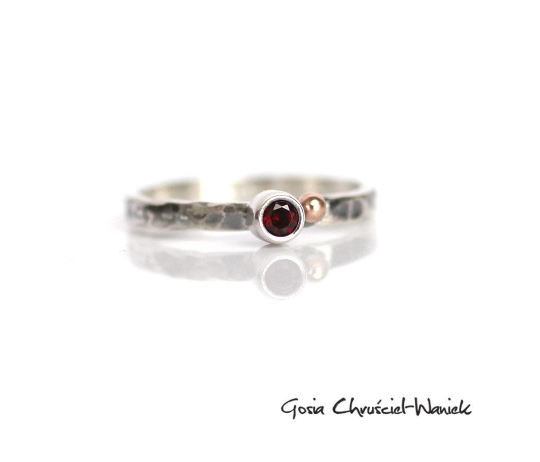 Srebrny pierścionek z granatem i złotą kuleczką