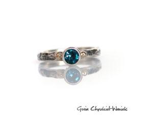 Młotkowany pierścionek z pięknym topazem i złotem