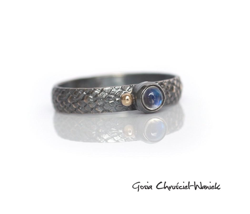 Smoczy pierścionek z kamieniem księżycowym i złotą kulką