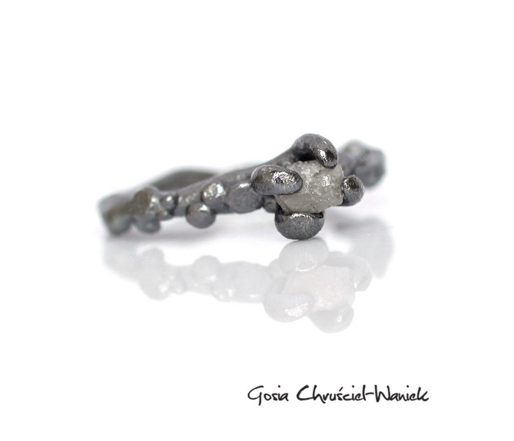 Organiczny pierścionek z surowym diamentem
