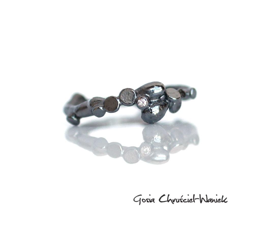 Srebrny, organiczny pierścionek