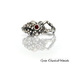 Organiczny pierścionek z granatem