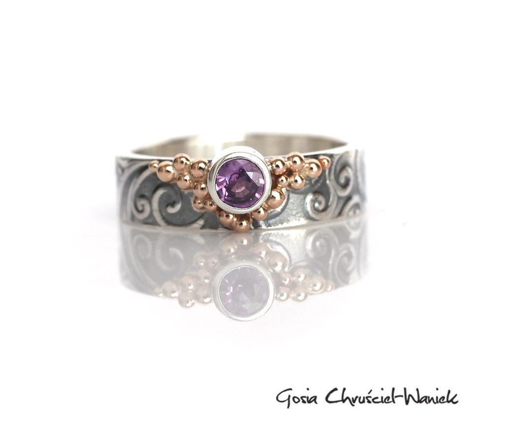Zaręczynowy pierścionek z fioletowym szafirem i złotem