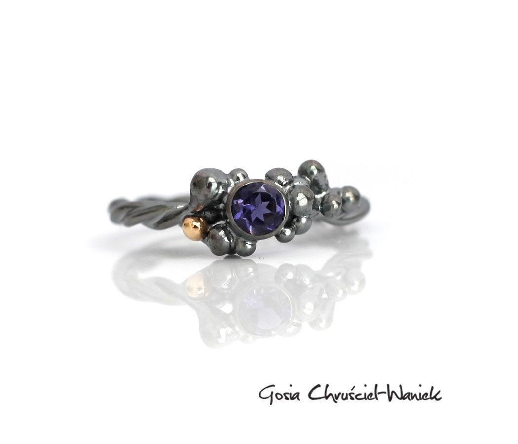 Srebrny pierścionek z pięknym iolitem