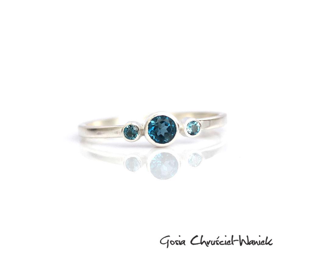 Minimalistyczny pierścionek z topazami London Blue