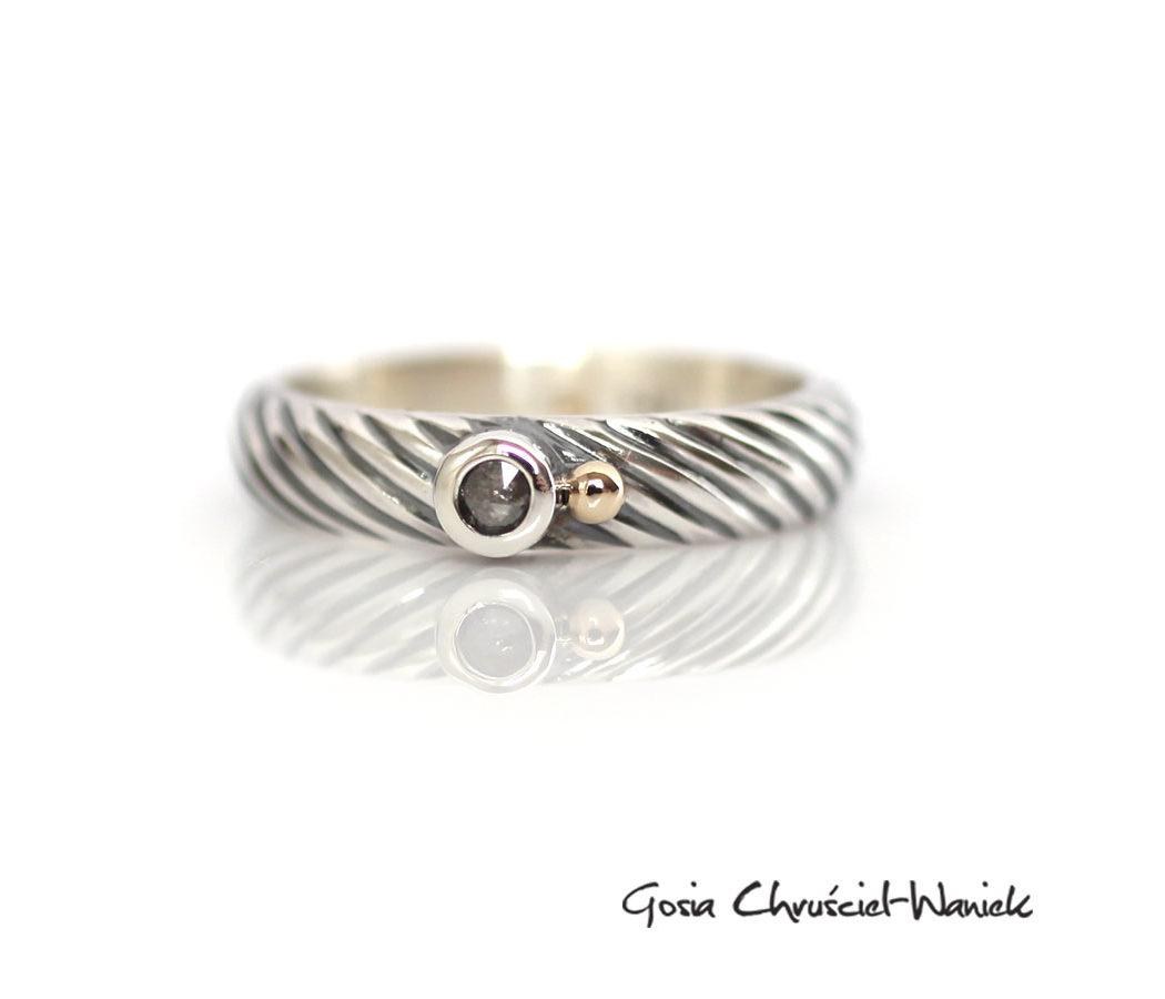 Srebrno-złoty pierścionek z rozetą diamentową