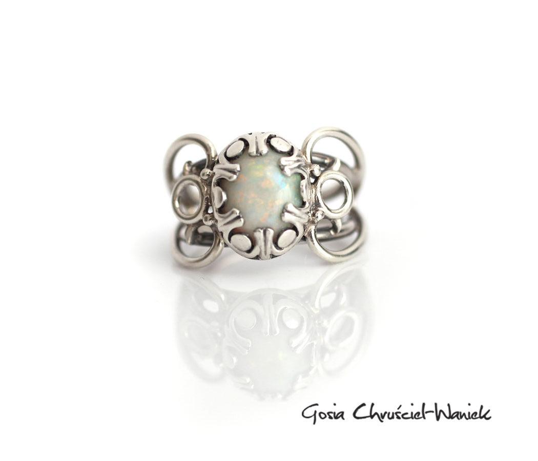 Srebrny pierścionek z opalem australijskim
