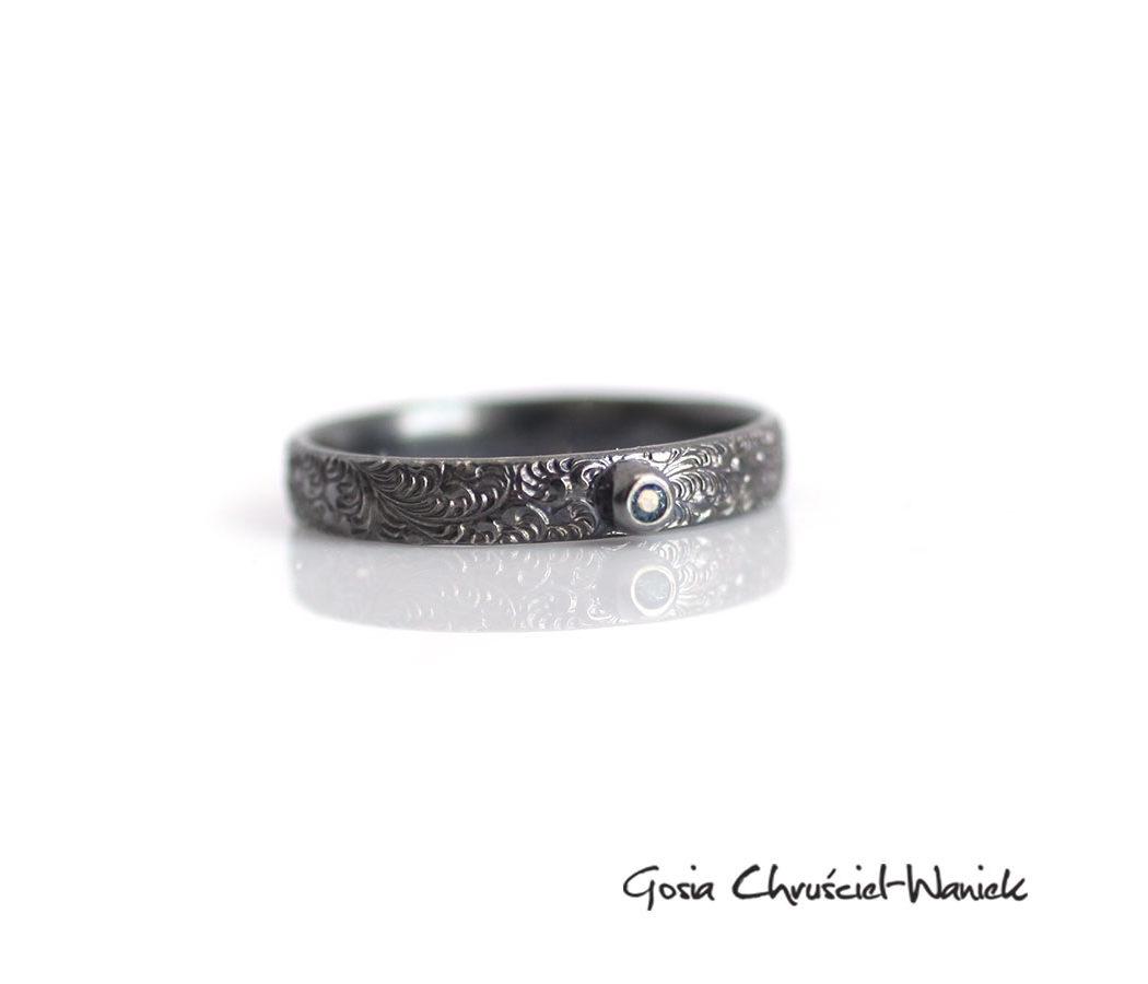 Srebrny pierścionek ze wzorkiem i szafirem